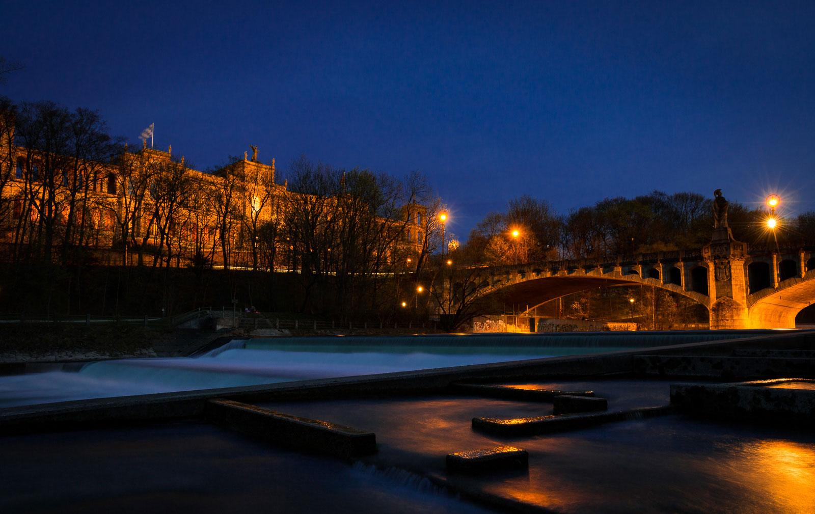Isar mit Maximilianeum und Maximiliansbrücke zur Blauen Stunde