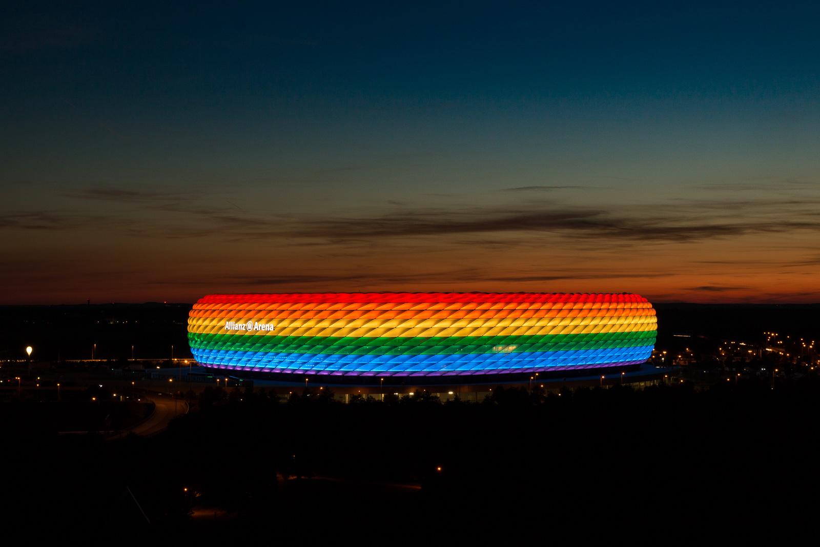 Das Stadion in Regenbogenfarben während des Christopher Street Days in München.