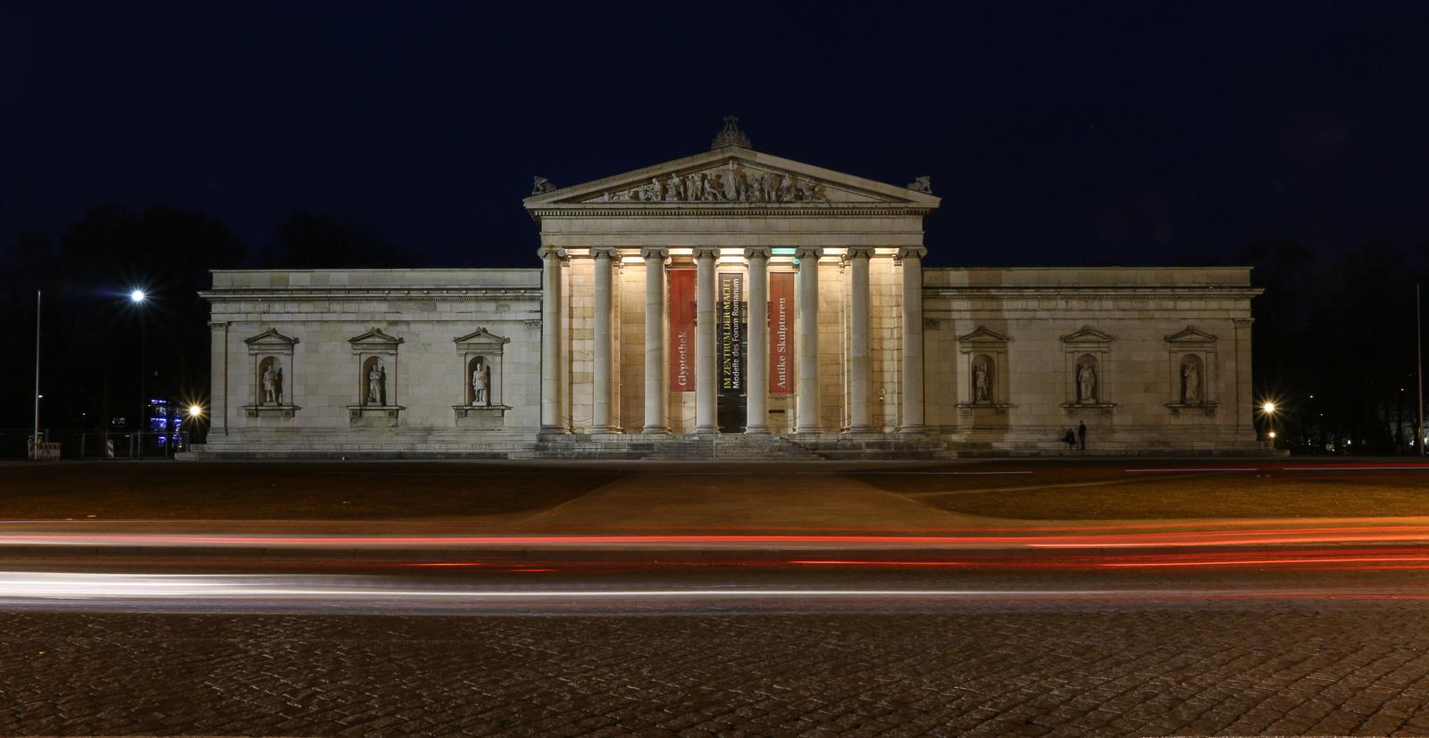 Der Königsplatz bei Nacht: eine gute Gelegenheit mit den Lichtspuren zu spielen.