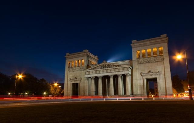 Da der Königsplatz für den Verkehr freigegeben ist, kann man schön mit den Lichtspuren der Autos spielen.