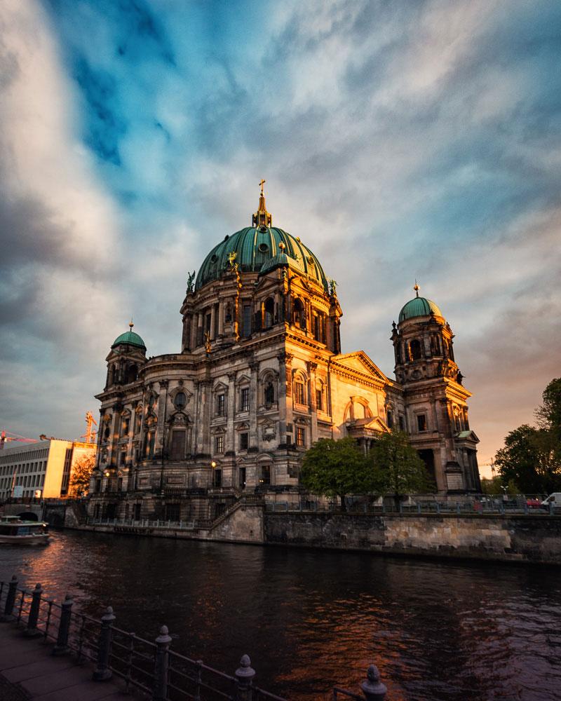 Zum Sonnenuntergang fängt der Berliner Dom an zu leuchten.