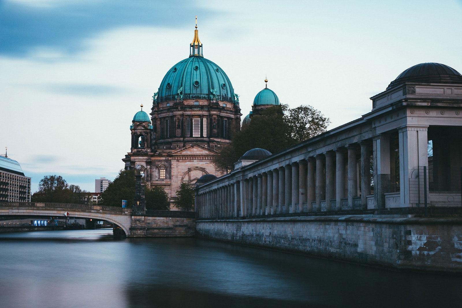 Mein liebster Fotospot: der Berliner Dom von hinten mit der Alten Nationalgalerie und Friedrichsbrücke.