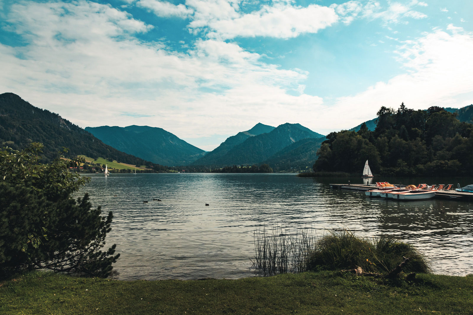 Seepromenade in Schliersee mit Blick auf den See, den Schlierseespitz und Anklspitz.