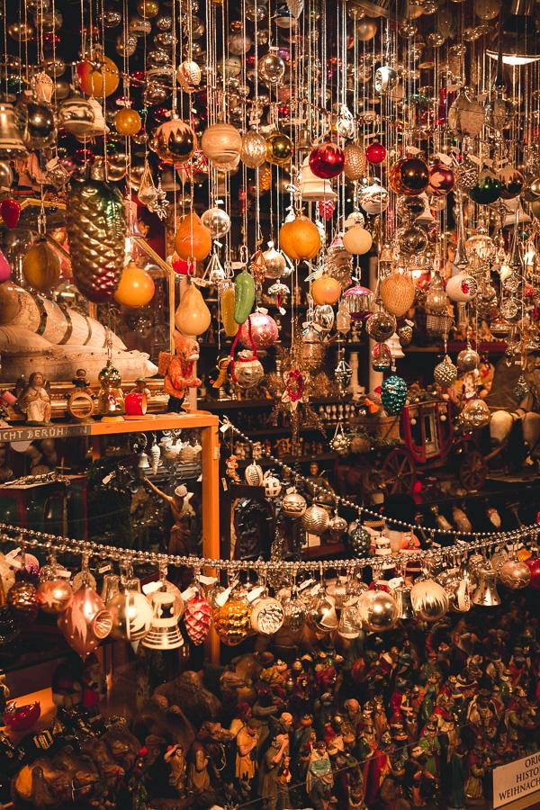 Neben Essen und Getränken kann man auch noch ein paar Weihnachtsgeschenke einkaufen.