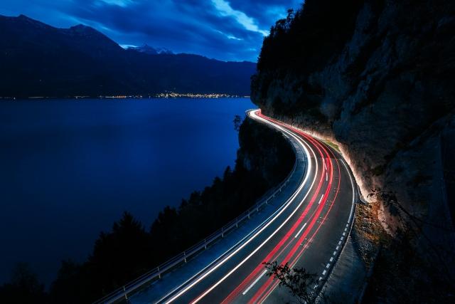 Langzeitbelichtung am Thunersee in der Schweiz.