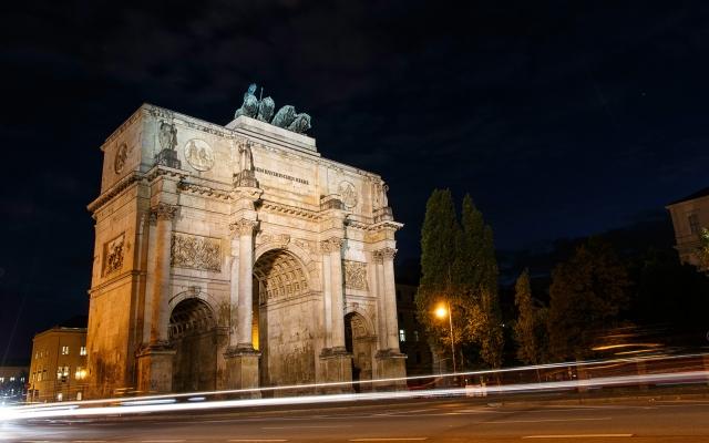 Siegestor in München bei Nacht