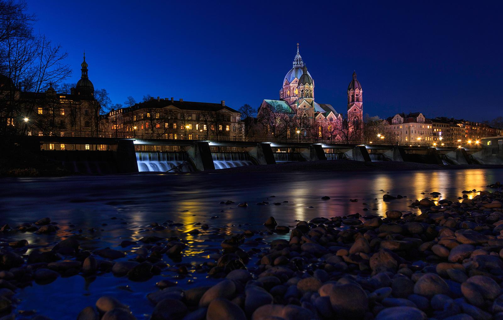 Kirche St. Lukas, München, zur blauen Stunde