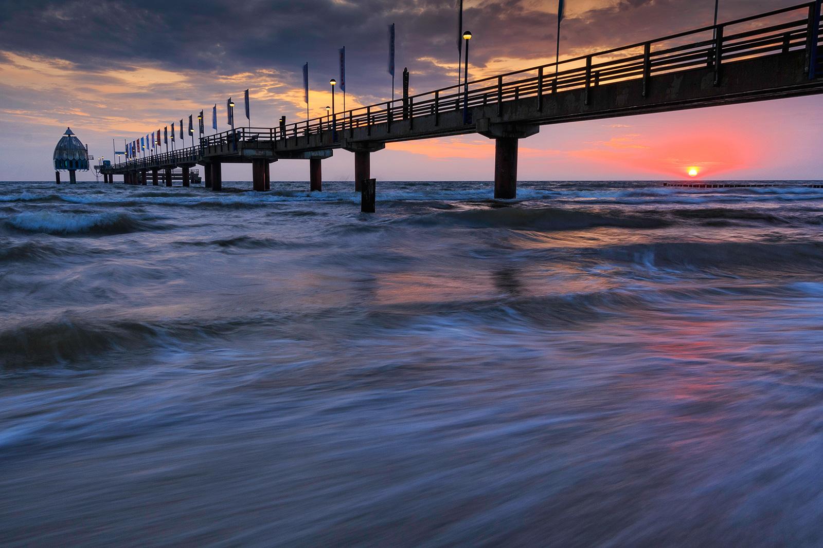 Sonnenaufgang an der Seebrücke in Zingst, Ostsee