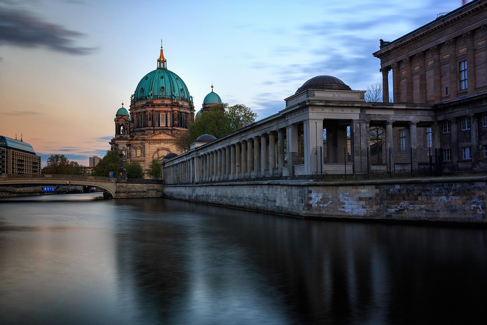 Sonnenuntergang am Berliner Dom mit der alten Nationalgalerie