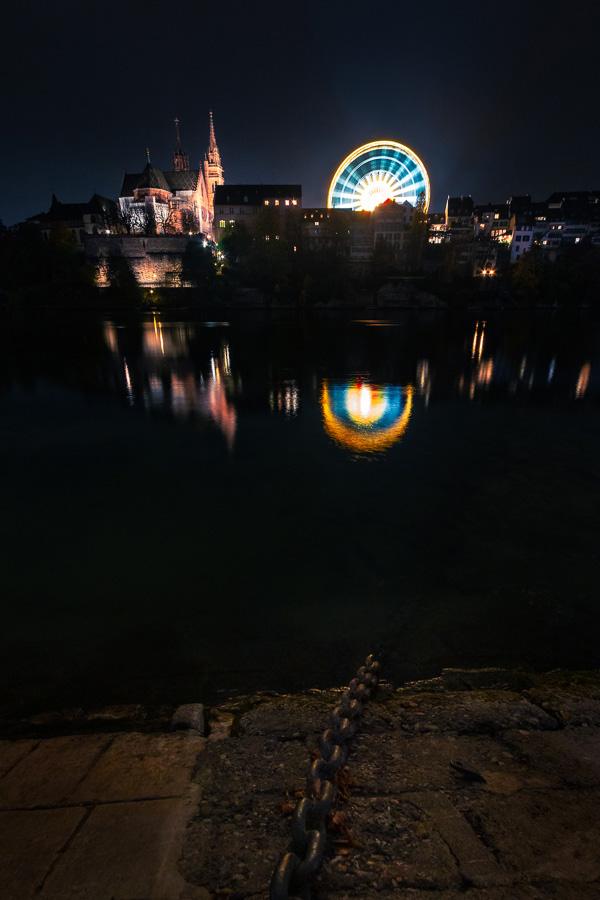 Der Münsterplatz Basel mit Riesenrad. Gerade nachts ein beliebtes Fotomotiv.