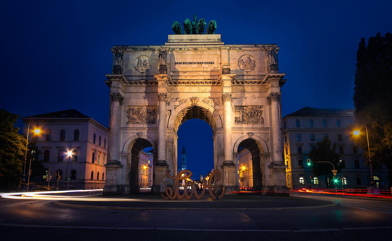 Mai: Skulptur am Siegestor in München