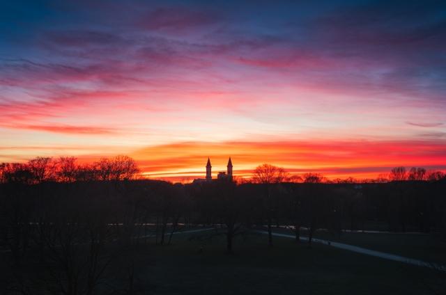 Sonnenuntergang im Englischen Garten München mit Blick auf die Kirche St. Ludwig