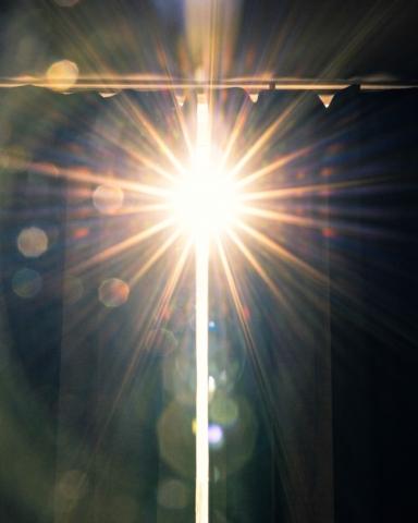 Sonnenstrahlen, die durch einen Vorhang blitzen