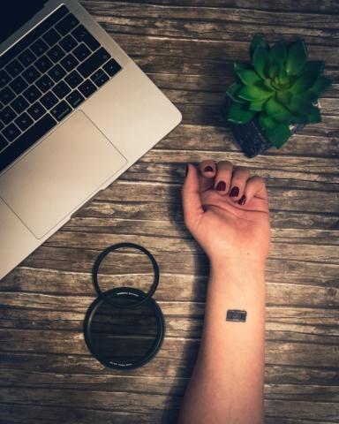 Arm mit tiny Tattoo einer Kamera