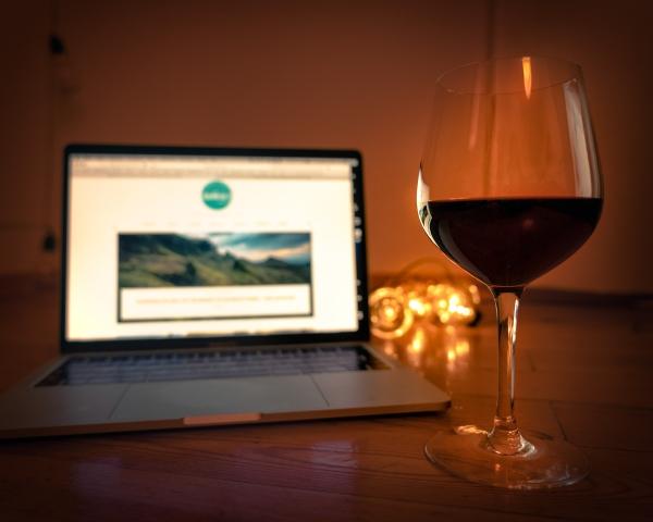 Rotwein, Laptop, Wochenende