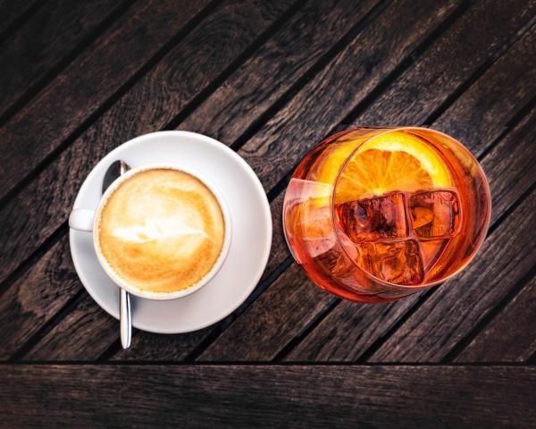 Cappuccino und Aperol Spritz von oben