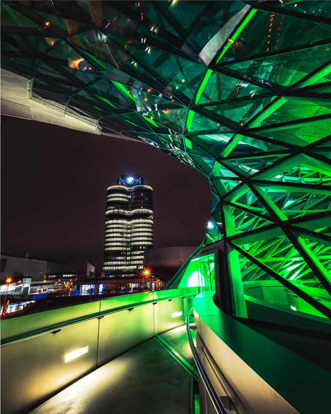 BMW-Tower fotografiert von der grün leuchtenden BMW-Welt am St. Patrick's Day