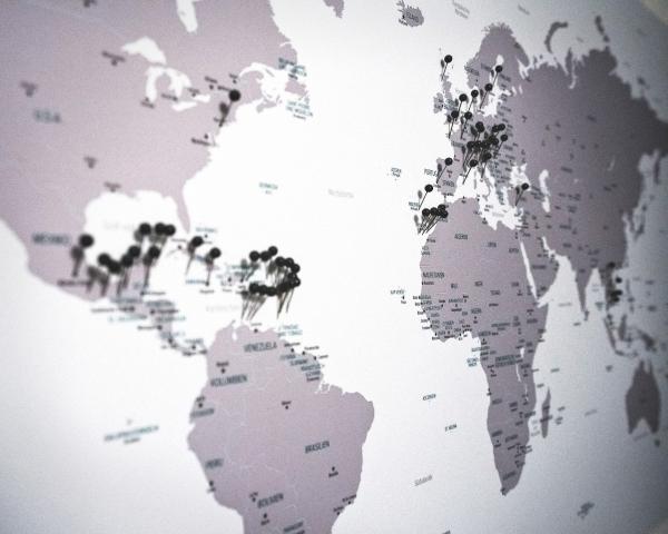 Eine Weltkarte mit Pins