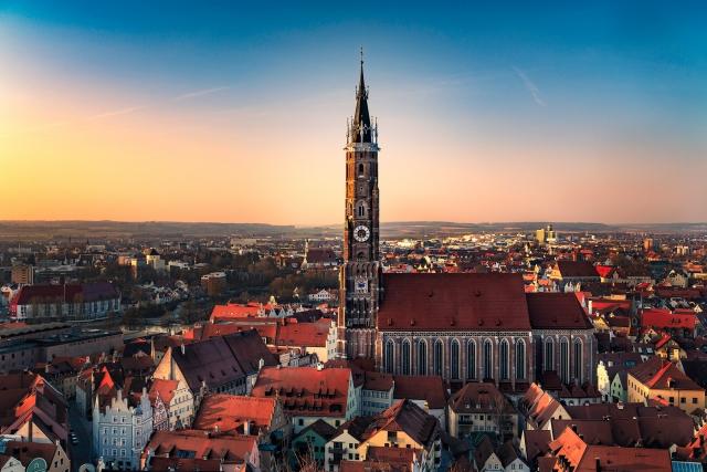 Blick auf St. Martin und über Landshut, Bayern, Sonnenuntergang