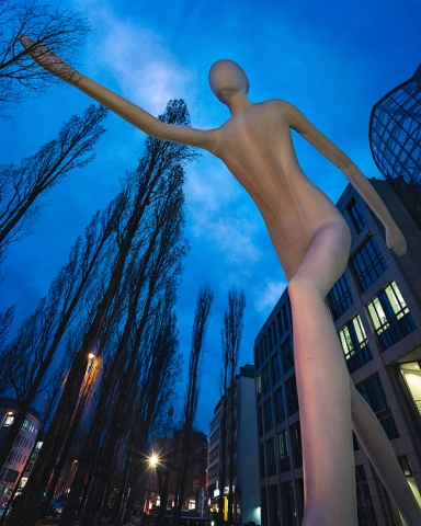 Walking Man, Kunstwerk, München, Bayern, blaue Stunde, Jonathan Borofsky, Leopoldstraße