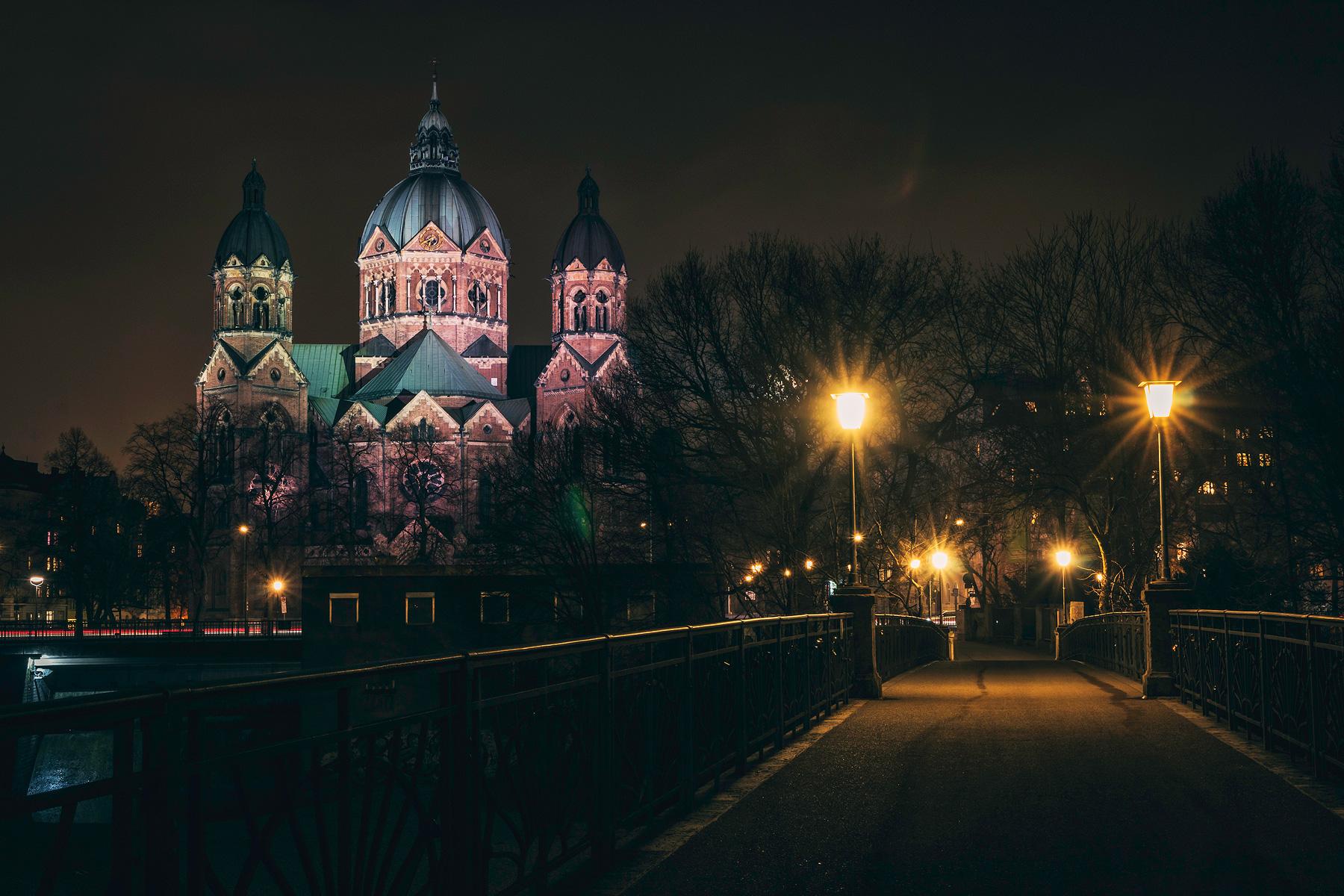 München, St. Lukas, Kirche, Nachtaufnahme, Kabelsteg