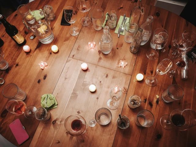 Gläser, Freunde, Tisch