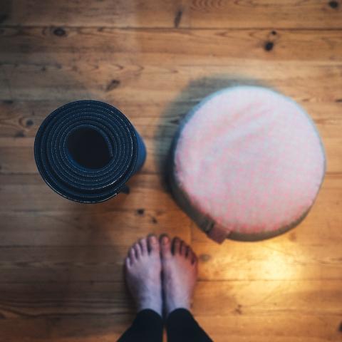 Yoga, #yogaeverydamnday, Yogamatte, Füße, Meditationskissen