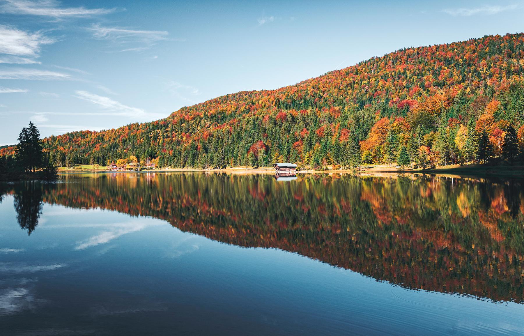 Spiegelungen im Herbst am Ferchensee, Mittenwald, Oberbayern, Deutschland