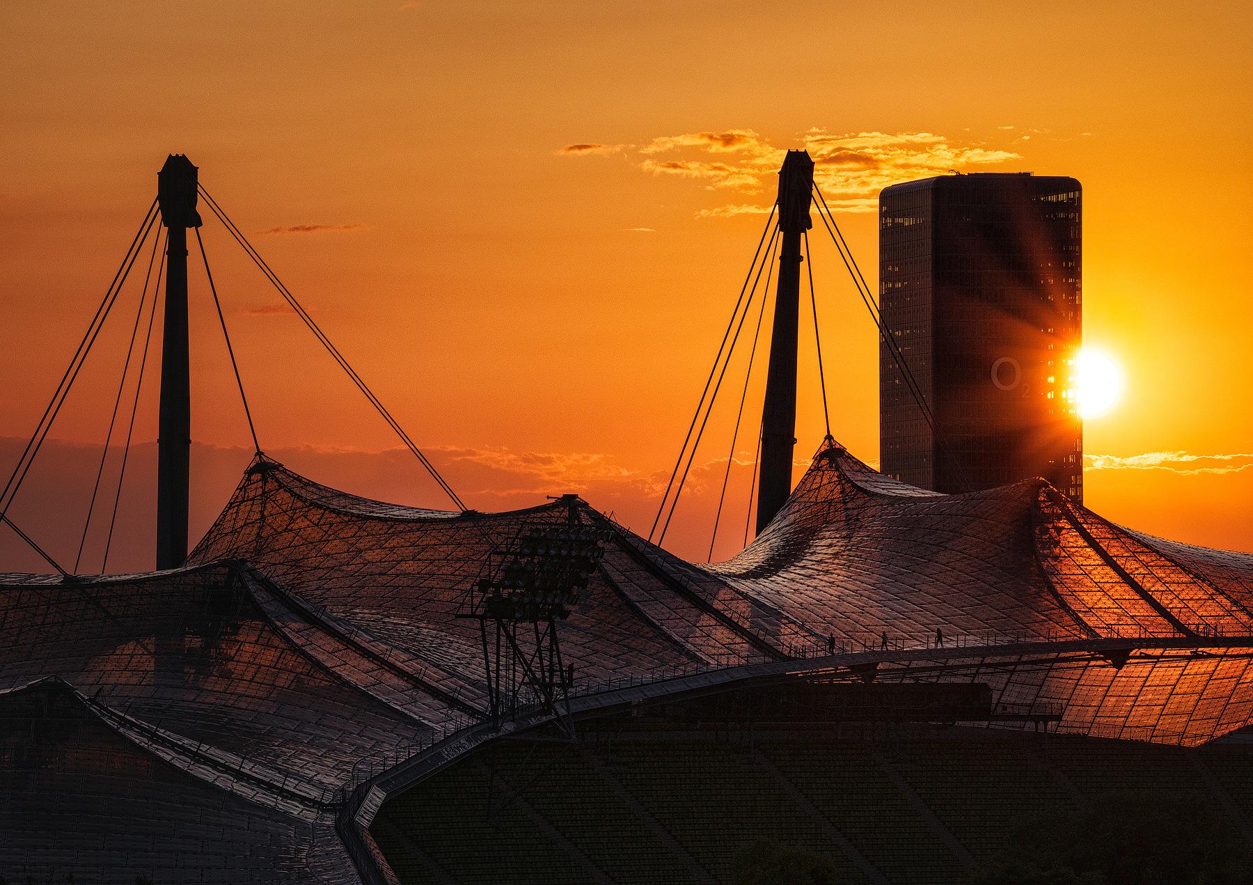 Sonnenuntergang hinter dem Olympiastadion in München.
