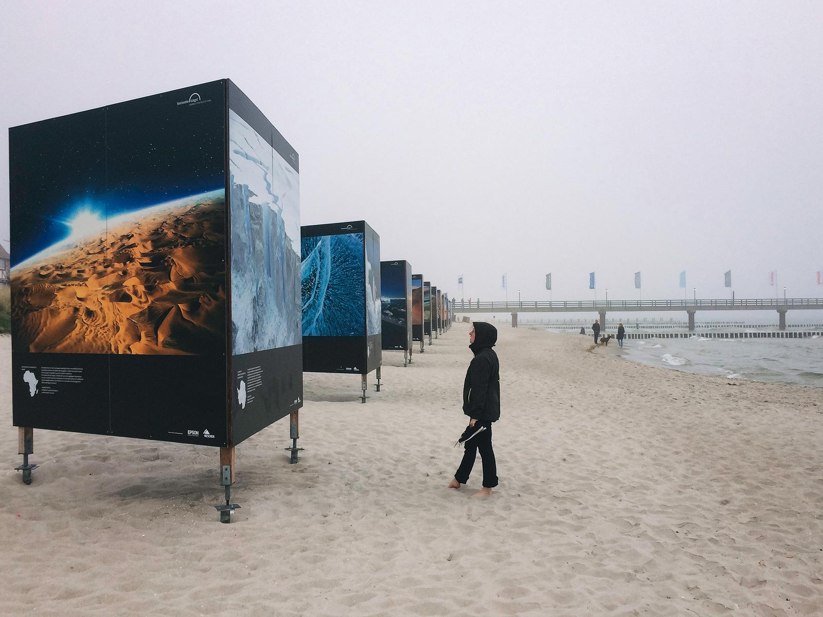 """Ausstellung """"Planet Wüste"""" von Michael Martin während des Fotofestivals """"horizonte Zingst"""" am Strand der Ostsee"""