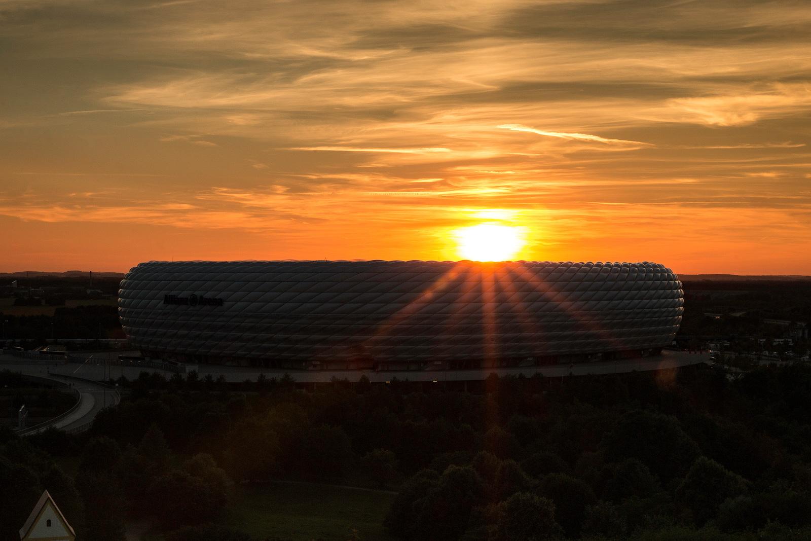Wenn ihr rechtzeitig dort seid, erwischt ihr die Allianz Arena auch noch beim Sonnenuntergang.