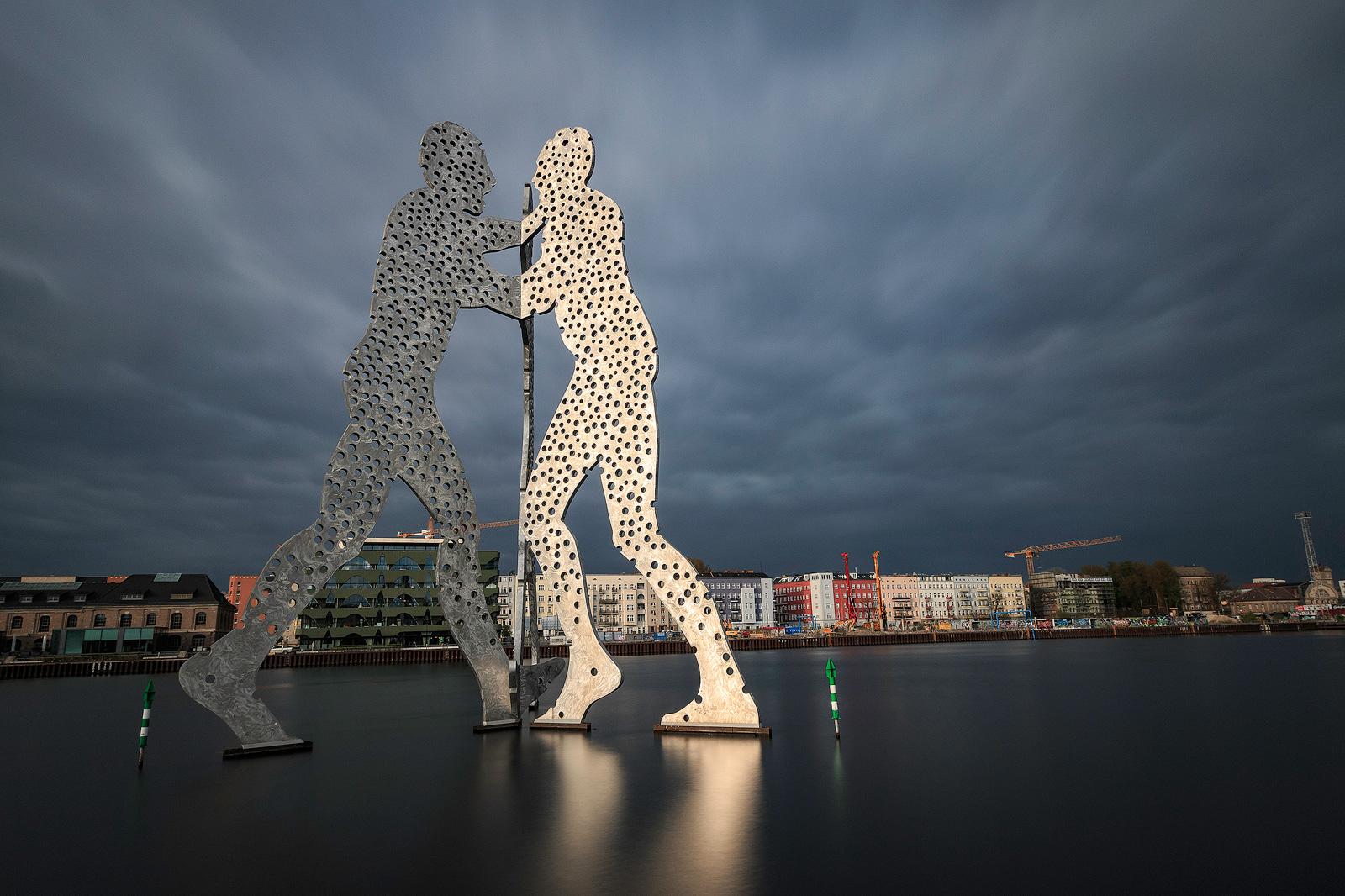 Skulptur Molecule Man in der Spree in Berlin
