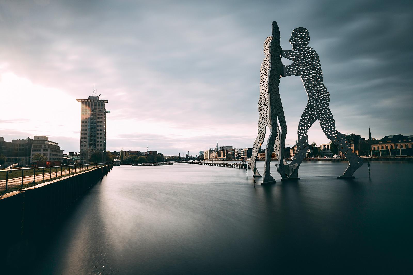 Perfekt geeignet für Langzeitbelichtungen – der Molecule Man in Berlin