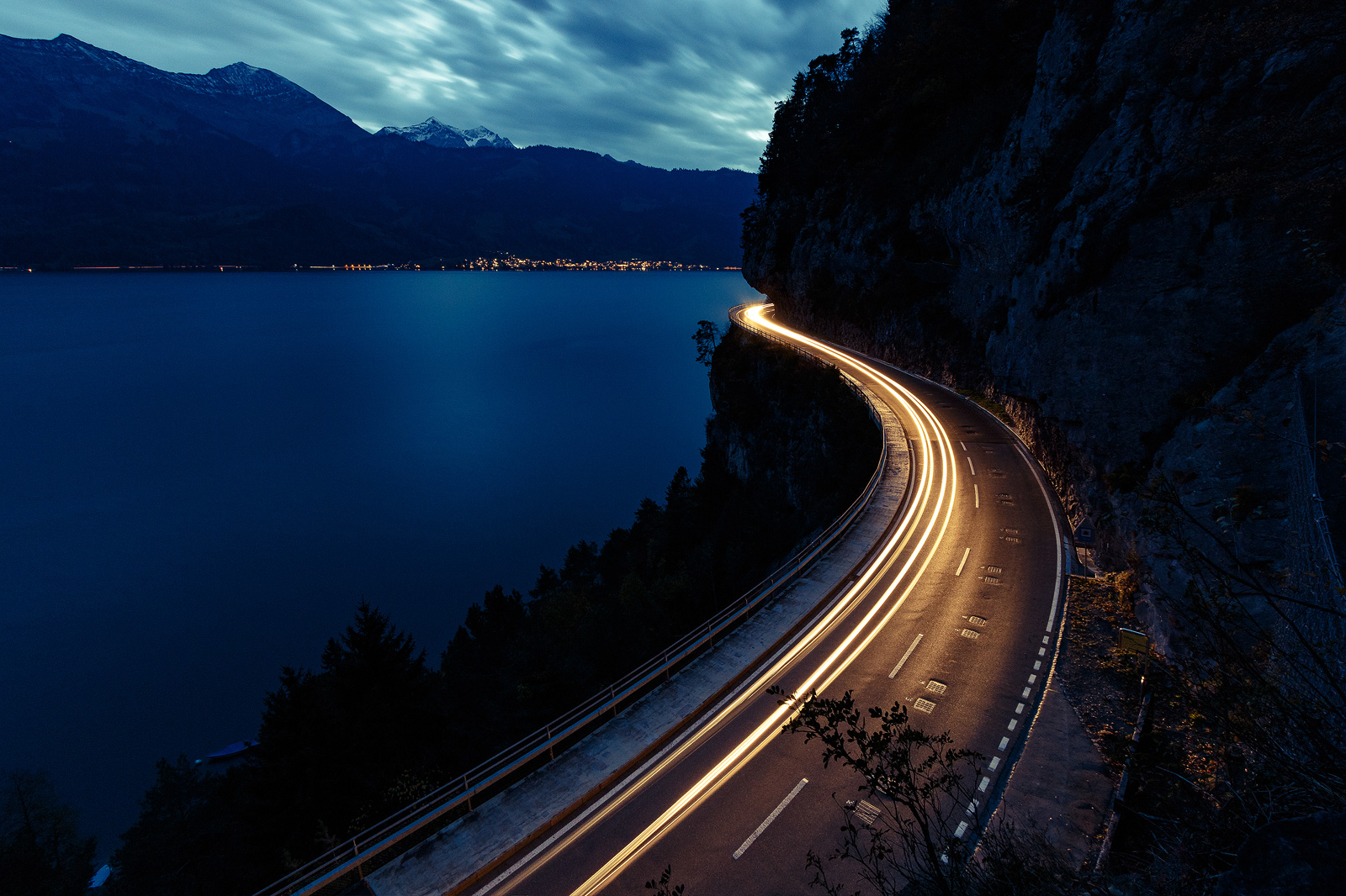 Light trails am Thunersee in der Schweiz