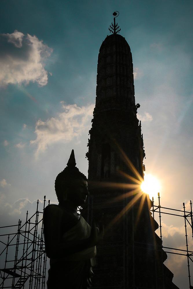 Der Tempel Wat Arun in Bangkok im Gegenlicht