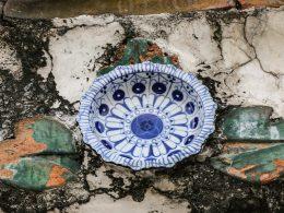 Beim Bau des Wat Arun spendete die Bevölkerung Porzellan. Deshalb findet man auch mal die ein oder andere Schüssel in der Verzierung.