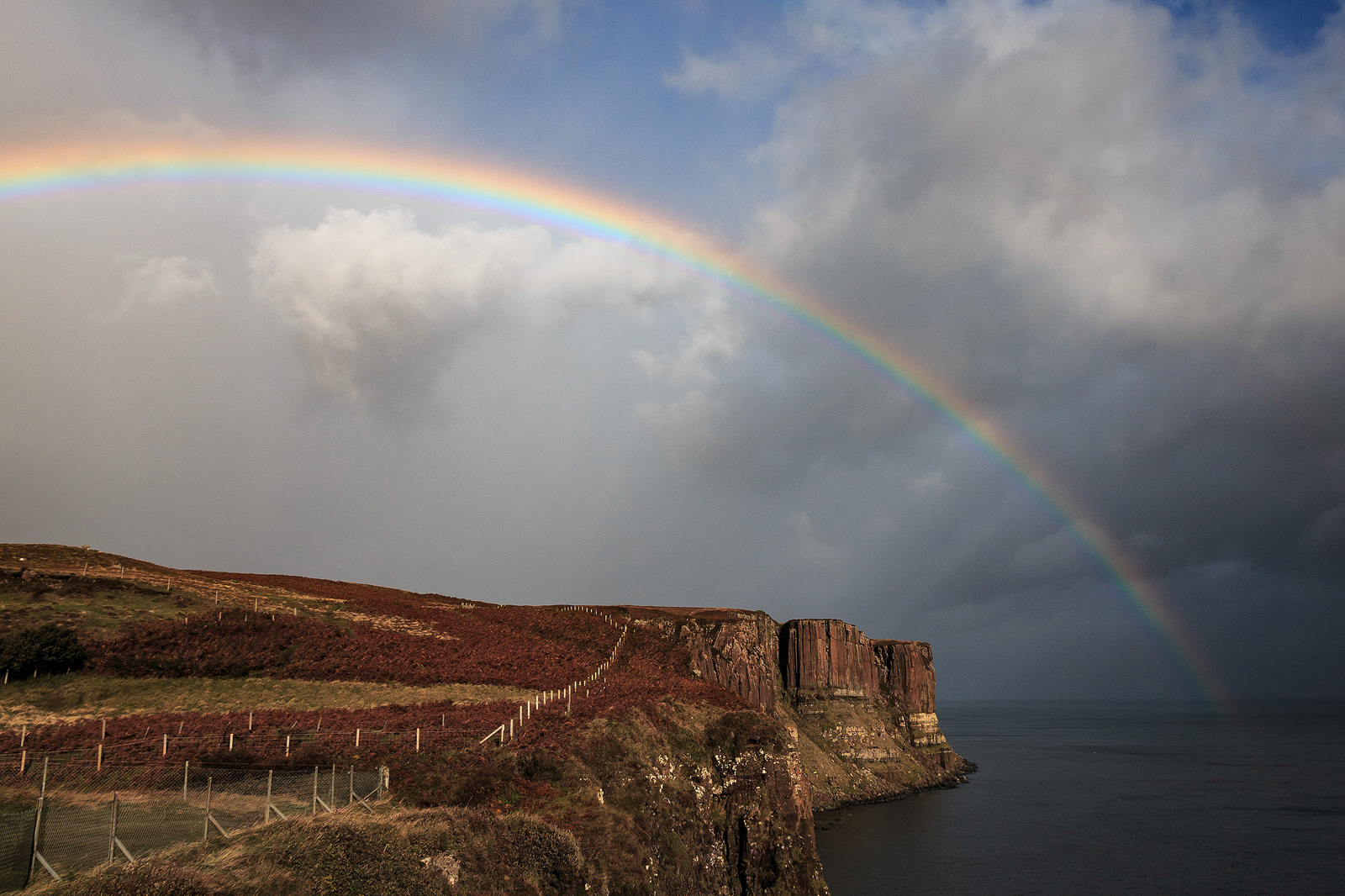 Regenbogen über dem Kilt Rock, Schottland