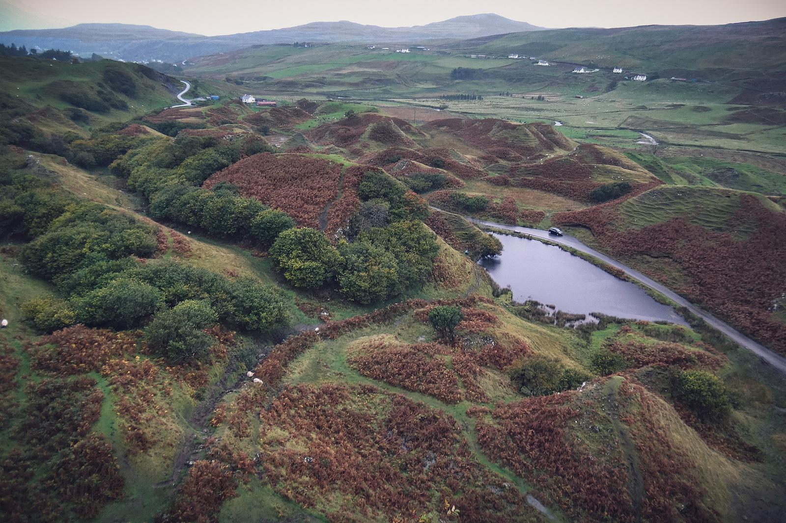 Blick über den Fairy Glen auf der Isle of Skye