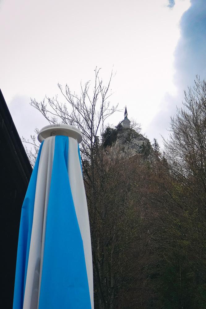 Die Riedersteinkapelle auf einem 1207 m hohen Felssporn. Hier der Blick vom Gasthof am Galaun.