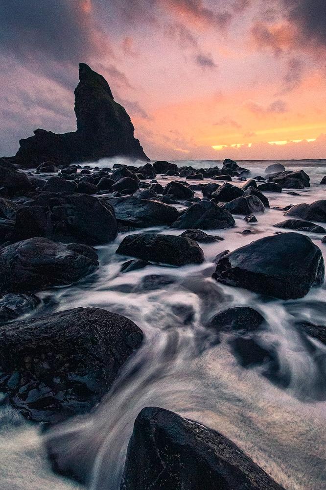 Sonnenuntergang an der Talisker Bay in Schottland