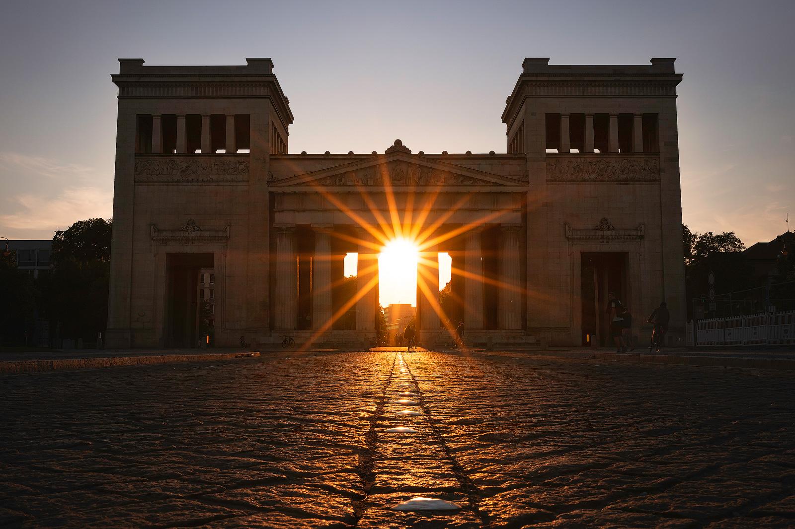 Sonnenstern beim Sonnenuntergang am Königsplatz in München