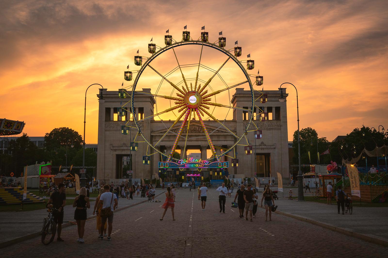 Sommer in der Stadt am Königsplatz in München