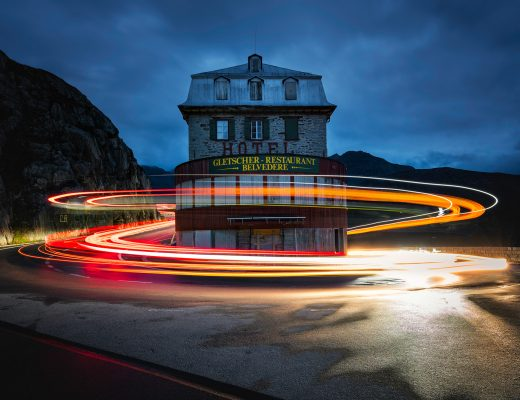 Light Trails am Hotel Belvedere am Furkapass, Wallis, Schweiz
