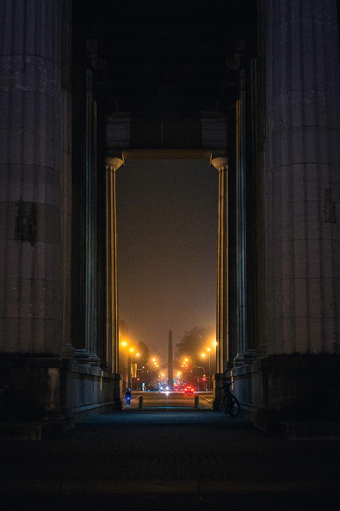 Karolinenplatz München im Nebel