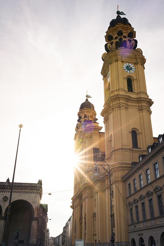 Sonnenstern an der Theatinerkirche am Odeonsplatz in München