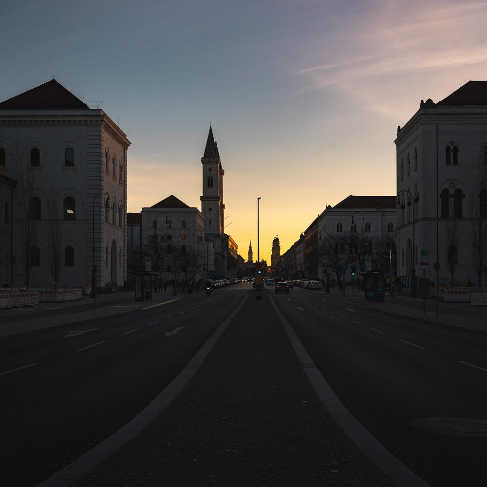 Das letzte Licht des Tages an der Ludwigstraße in München
